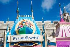 `它` s在不可思议的王国,华特・迪士尼世界的小世界`乘驾 免版税库存图片