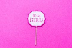 它` s在婴儿送礼会党的一个女孩标志 桃红色坚实backgroun 免版税库存照片