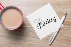它` s星期五在木背景的咖啡杯 免版税图库摄影