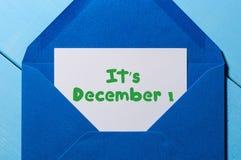 它` s 12月-签字在纸在开放蓝色岗位信封 冬天、伊芙和新年计时概念 免版税图库摄影