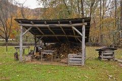 宅基oconaluftee先驱smokies堆木材的棚 库存图片