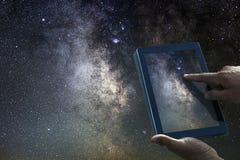 宇宙天文学探险概念 夜空片剂银河 库存照片