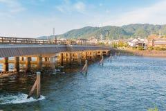 宇治市市看法有宇治市桥梁、宇治市河、房子、山和天空蔚蓝的 免版税库存照片