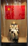 宇航员在中国旗子背景的航天服在内蒙古博物馆的 库存照片