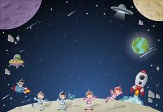 宇航员在月亮的漫画人物与一艘外籍人太空飞船 免版税库存图片