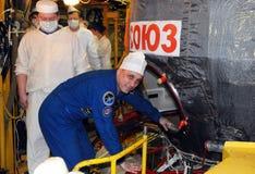 宇航员在适合检查期间的安东Shkaplerov 库存照片