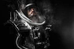 宇航员,有巨大的空间武器的幻想战士 库存照片