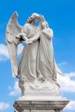 守卫一个美丽的女孩的天使的雕象 库存图片