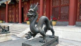 守卫东部门-颐和园,北京的龙古铜色雕象 免版税库存图片