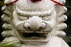 守卫中国寺庙的石狮子 免版税图库摄影