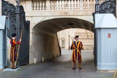 守卫入口的著名瑞士近卫队对梵蒂冈  免版税库存图片