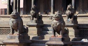 守卫在寺庙 库存图片