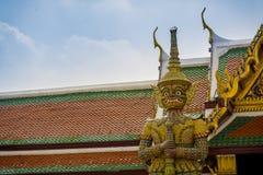 守卫在曼谷玉佛寺的巨型邪魔出口,曼谷。 库存图片
