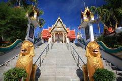 守卫在泰国寺庙的金黄狮子雕象 免版税库存图片