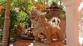 守卫寺庙的中国狮子雕塑 免版税库存图片