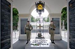 守卫岗位在无名英雄墓与永恒火焰的和仪仗队,自1925年以来 一部分的Pilsudski的,波兰撒克逊人的宫殿 免版税库存图片