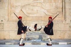 守卫无名战士的坟茔Evzone在雅典在制服穿戴了 库存图片