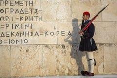 守卫无名战士的坟茔Evzone在雅典在制服穿戴了 免版税库存图片