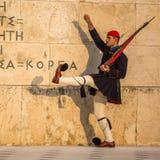 守卫无名英雄墓的Evzone在雅典在制服穿戴了, 库存图片