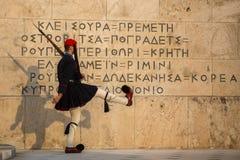 守卫无名英雄墓的Evzone在雅典在制服穿戴了 库存图片