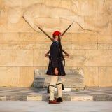 守卫无名英雄墓的Evzone在雅典在制服穿戴了 免版税图库摄影
