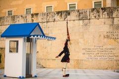守卫无名英雄墓的Evzone在雅典在制服穿戴了 图库摄影