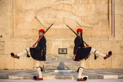 守卫无名英雄墓的Evzone在雅典在制服穿戴了 库存照片