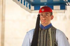 守卫无名英雄墓的Evzone在雅典在正式的制服穿戴了 免版税库存图片
