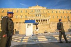 守卫无名英雄墓的Evzone在雅典在正式的制服穿戴了 库存照片