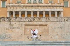 守卫无名英雄墓的Evzone在雅典 免版税库存图片