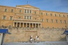 守卫无名英雄墓的Evzone在雅典 免版税库存照片