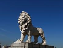 守卫狮子伦敦雕象白色 免版税库存照片