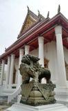 守卫皇家寺庙曼谷泰国的古色古香的石中国狮子雕塑 库存图片