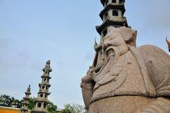 守卫皇家寺庙的老中国石玩偶 免版税库存照片