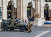 守卫罗马的街道两名官员在意大利 库存图片