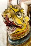 守卫进口对主要寺庙在Embekke Devale的头其中一个古老狮子雕象 库存照片