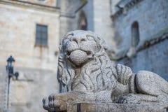 守卫阿维拉的哥特式大教堂石狮子 图库摄影