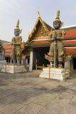 守卫雕象寺庙的门 库存图片