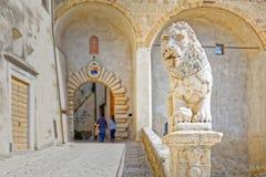 守卫Palazzo Orsini,皮蒂利亚诺村庄的生活的中心的狮子雕象  免版税库存照片