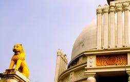 守卫Stupa的庄严狮子 库存图片