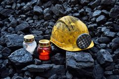 守夜光,与便宜采矿盔甲的蜡烛煤炭 库存图片