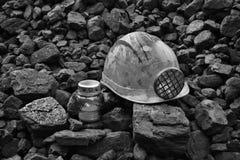 守夜光,与便宜采矿盔甲的蜡烛煤炭 免版税库存图片