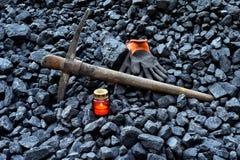 守夜光,与矿工财产手套的蜡烛,镐 免版税图库摄影