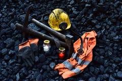 守夜光,与矿工财产盔甲的蜡烛,手套,镐,背心,传送带 库存图片