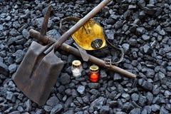 守夜光,与矿工财产盔甲的蜡烛,镐,铁锹,传送带 免版税库存照片