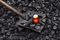 守夜光,与矿工铁锹的蜡烛 库存图片