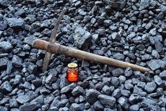 守夜光,与矿工镐的蜡烛 免版税库存图片
