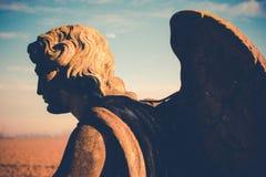守护天使雕象背面图葡萄酒样式 免版税库存照片