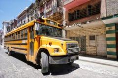 守旧派公共汽车在Centro Habana在古巴 免版税库存照片