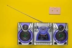 守旧派减速火箭的录音机和卡型盒式录音机在绿色背景 过时技术 简单派趋向  顶视图 免版税库存图片